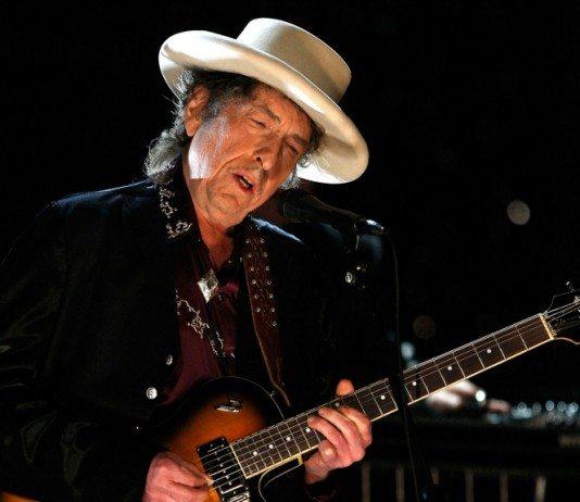 Bob Dylan en directo tocando la guitarra