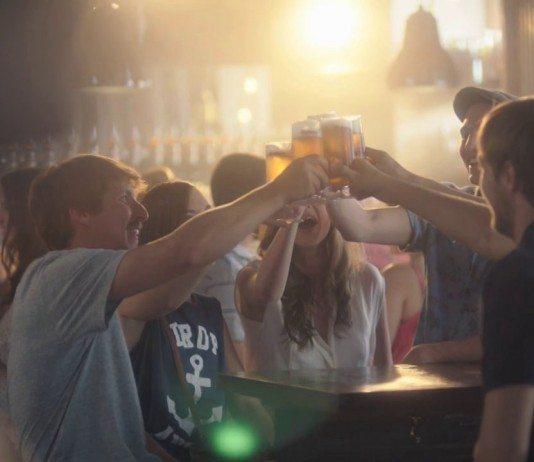 Grupo brindando con cerveza Mahou