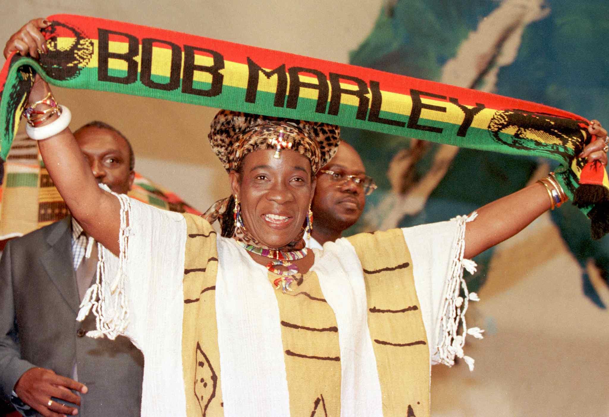 Rita Marley con una bufanda de Bob