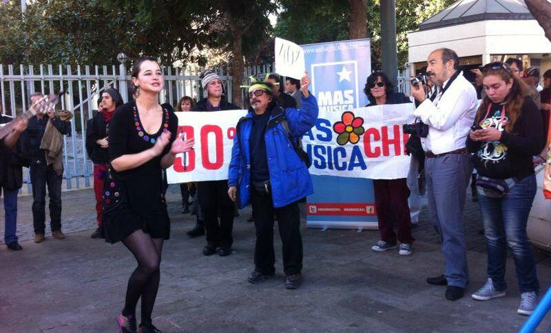 Músicos en una manifestación bailando frente al Congreso
