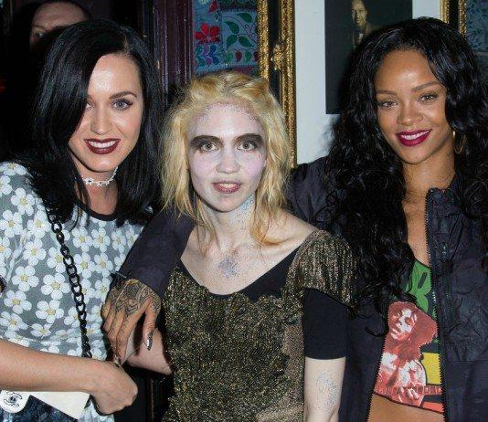 Grimes junto a Kate Perry y Rihanna.