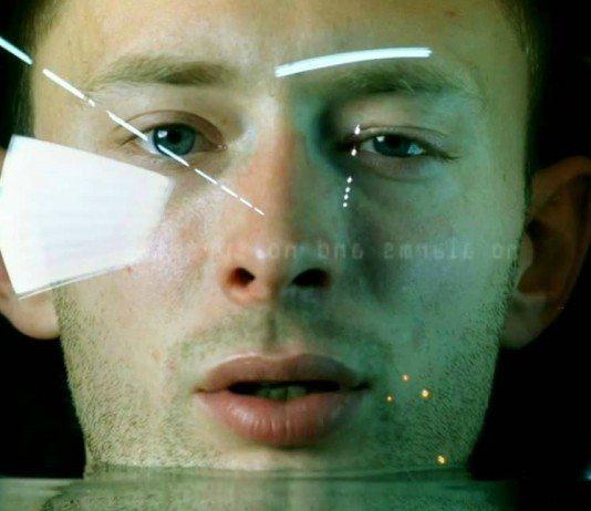 Thom Yorke en el videoclip de 'No Surprises'