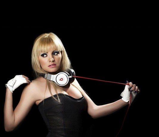 Alexandra Stan con auriculares Beats tirando del cable