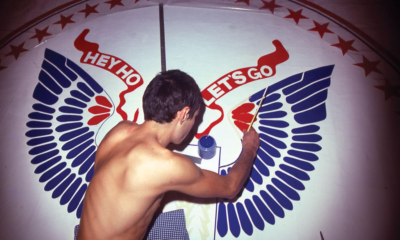 Arturo Vega pintando