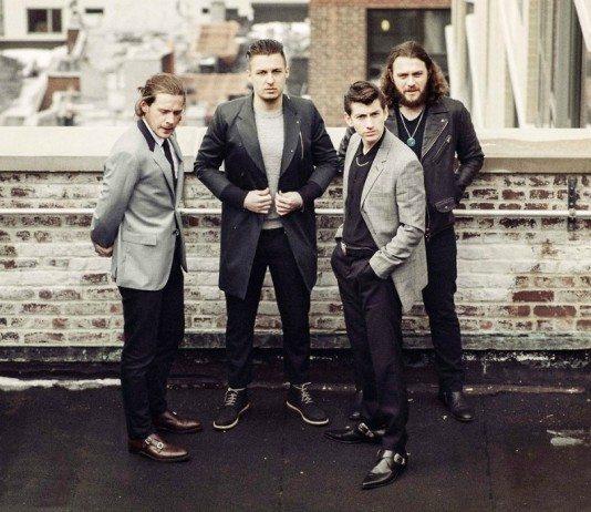 Arctic Monkeys posando desde una azotea.