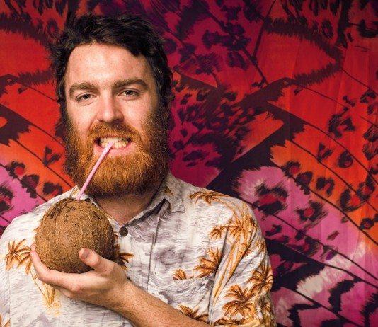 Chet Faker bebe de un coco.