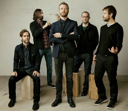 The National con cajas de madera