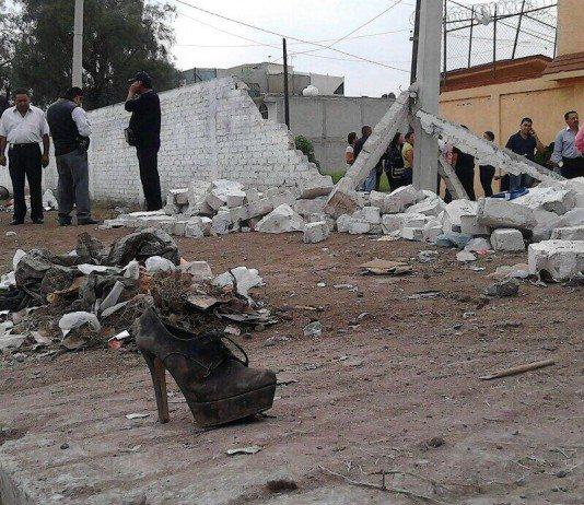 Zapato frente al muro derrumbado en el concierto de San Cristóbal