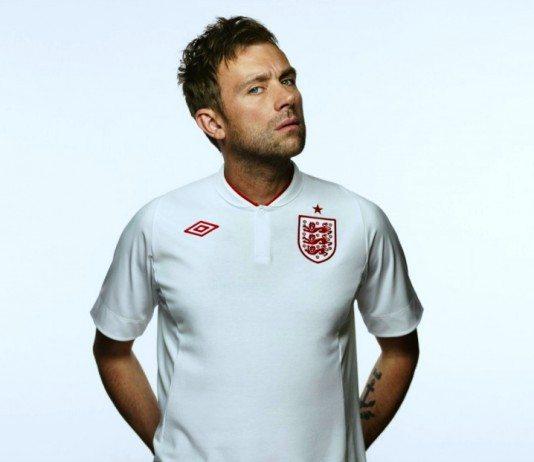 Damon Albarn con la camiseta de Inglaterra