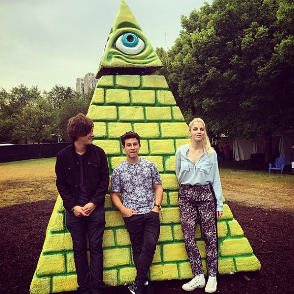 London Grammar con pirámide