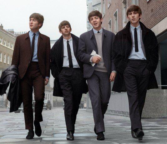 The Beatles caminando por la calle