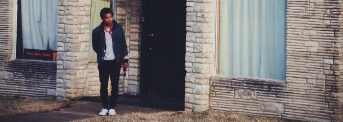 Benjamin Booker a la salida de un edificio.