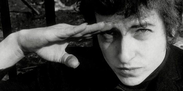 Bob Dylan haciendo el saludo militar en blanco y negro
