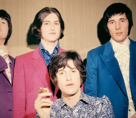 The Kinks y Ray Davies con un puro
