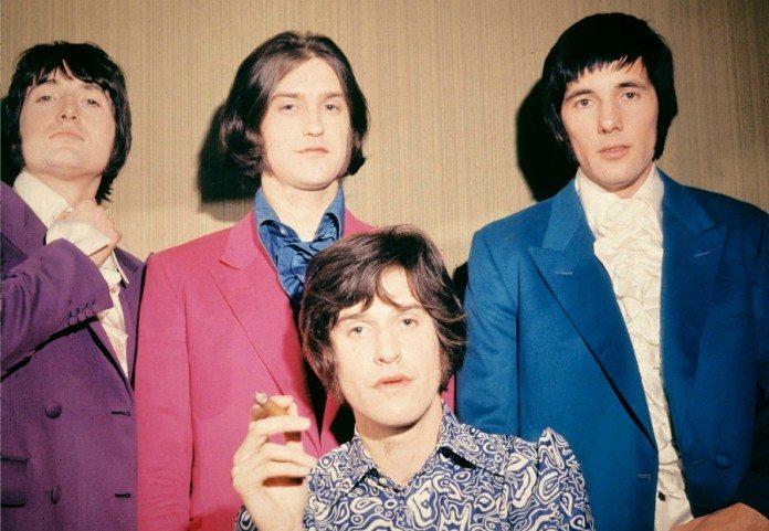 The Kinks y Ray Davies con un puro
