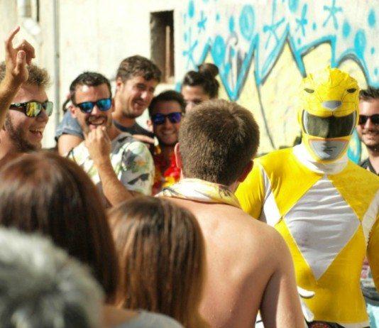 El Power Ranger amararillo bailando entre gente en una plaza de Aranda de Duero.