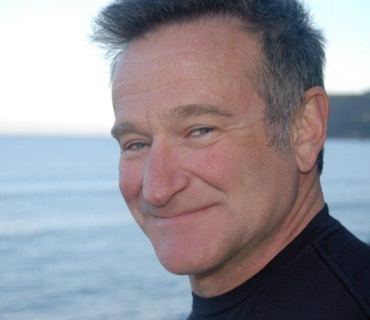 Robin Williams con el mar de fondo