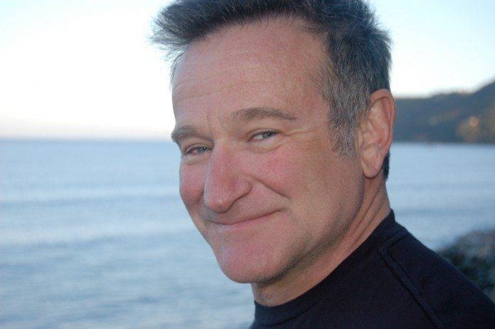 Robin Williams con el mar de fondo