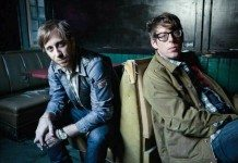 The Black Keys en un sillón con poca luz