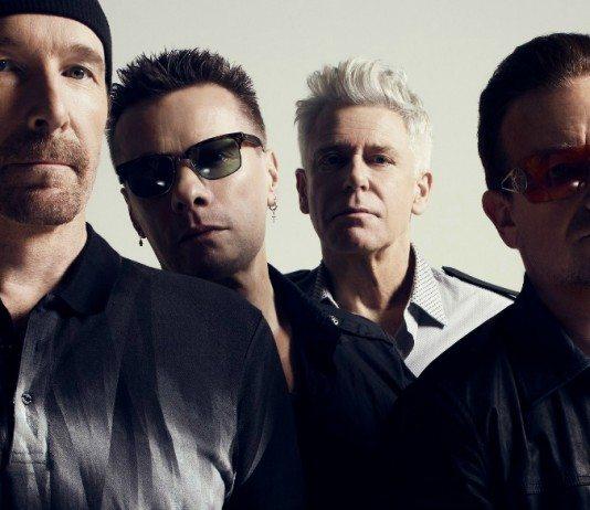 U2 en una pared gris claro