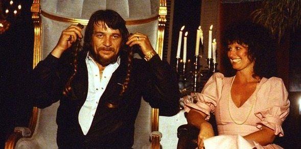 Waylon Jennings y su mujer con las trenzas de Willie Nelson.