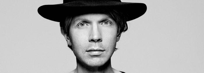 Beck con un sombrero en blanco y negro