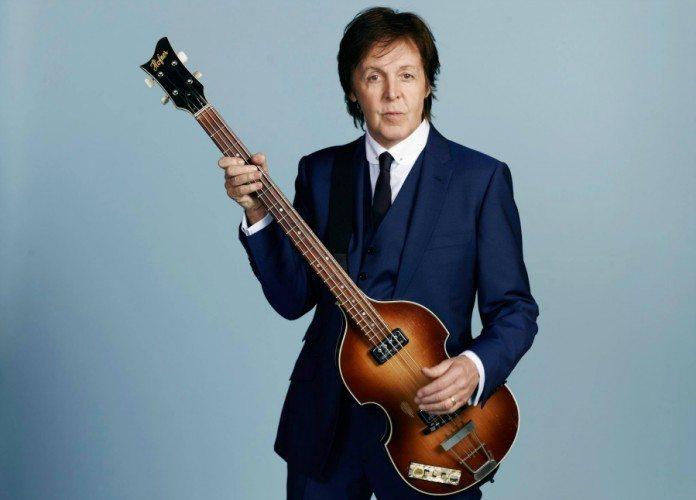 Paul McCartney con el bajo y el fondo azul