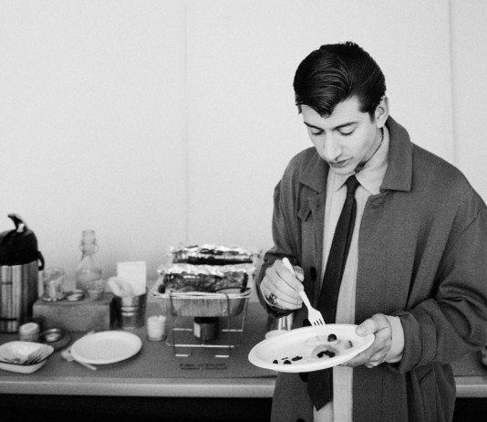 Alex Turner comiendo backstage