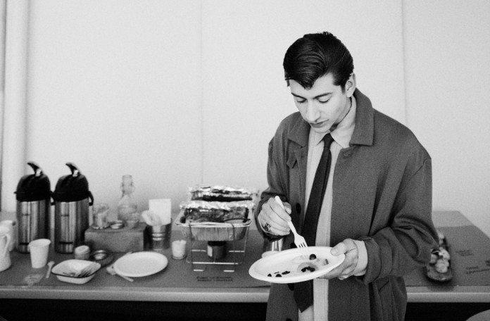Alex Turner comiendo backstage
