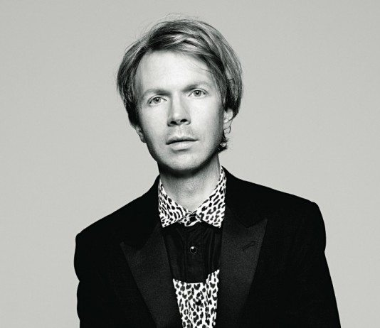 Beck con camisa de leopardo.
