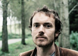 Damien Rice en un bosque.