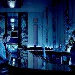 Jack White tomando una copa en un bar.