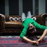 Sinkane tumbado en un sofá de cuero.